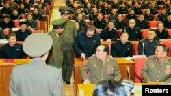 Кадр із ефіру державного телебачення КНДР: Чан Сон Тхека арештовують прямо під час засідання політбюро