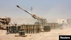 Arxiv fotosu: İraq ordusu İŞİD yaraqlıları ilə döyüşdə artilleriyadan istifadə edir.