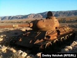 Старый советский танк ржавеет с 1990 года