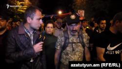 Никол Пашинян во время шествия отвечает на вопрос корреспондента Радио Азатутюн, Ереван, 26 апреля 2018 г.