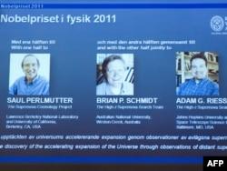 Экран с фотографиями (слева направо) Сола Перлмуттера, Брайана Шмидта и Адама Райсса, Стокгольм, 4 октября 2011
