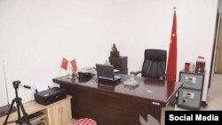 Китай. Импровизированная комната для допросов поддельного полицейского в Ухане. 20 июля 2015.