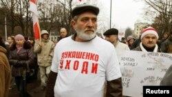 «Лукашенко, кет!» деген жейде киген Юрий Рубцов. Минск, 3 қараша 2013 жыл.