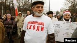 Բելառուս - Յուրի Ռյաբցովը կրում է շապիկ «Լուկաշենկո, հեռացի՜ր» գրությամբ, Մինսկ, 3-ը նոյեմբերի, 2013թ.