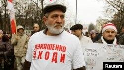 "Belarusly pensioner Ýuriý Rubsow ""Güm bol, Lukaşenko!"" diýen şygarly futbolka geýnip protest geçirýär, Minsk, 3-nji noýabr, 2013."
