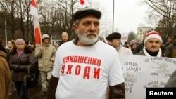 """Юрий Рубцов на акции протеста в футболке с надписью: """"Лукашенко, уходи"""". Минск, 3 ноября 2013 года."""