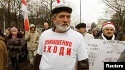 "Мужчина в майке с надписью: ""Лукашенко, уходи"" во время акции протеста в Минске. 3 ноября 2013 года."