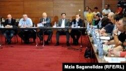 Сегодня представители 12 оппозиционных партий встретились с наблюдателями международных и местных организаций и обратились к ним с просьбой содействовать возобновлению диалога в межфракционном формате по вопросам улучшения избирательной системы