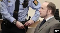 Brejvik u sudu u Oslu, april 2012.