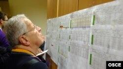 Наблюдатель от ОБСЕ во время голосования на выборах в Госдуму в декабре 2011 года
