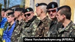 Морские пехотинцы выстроились за воротами своей воинской части, Керчь, 2014 год
