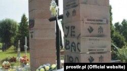 Упродовж кількох останніх років пам'ятник воїнам УПА в Грушовичах неодноразово пошкоджували й осквернювали, фото з сайту prostir.pl, 2014 рік