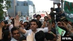 گروهی از طرفداران نامزدهای ریاست جمهوری در حال بحث در خیابان؛ گاه بحثهای خیابانی به درگیری و خشونت کشیده میشود