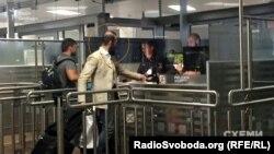 Суддя Артур Ємельянов в аеропорту Відня, Австрія, червень 2017 року