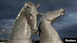 The Kelpies, sculptură de Andy Scott, la Falkirk, Scoția.