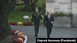 Президент России Владимир Путин (справа) в Ялте. 18 ноября 2017 года.
