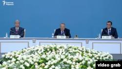 Слева направо: президент Казахстана Касым-Жомарт Токаев, председатель партии «Нур Отан», бывший президент Казахстана Нурсултан Назарбаев и первый заместитель председателя Маулен Ашимбаев на внеочередном съезде «Нур-Отана». Нур-Султан, 23 апреля 2019 года.