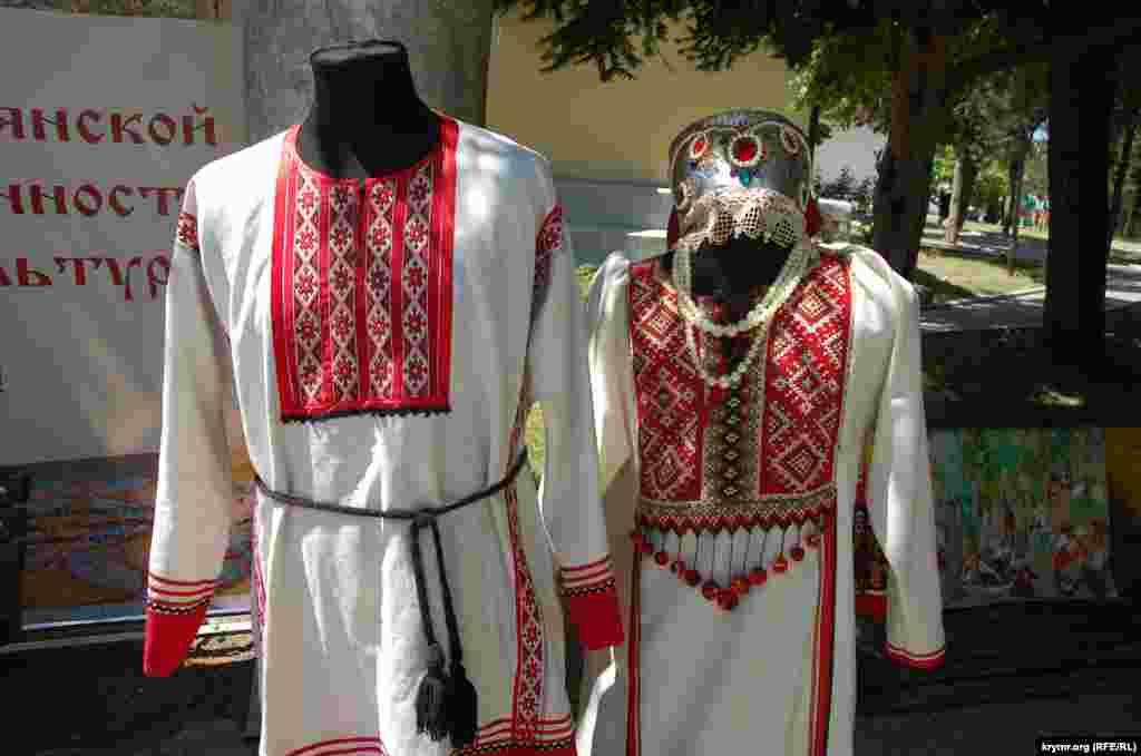 Национальные костюмы на выставке Севастопольского общества русской культуры