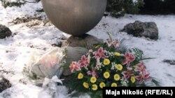 """Cveće ispred spomenika """"Suza"""" u Tuzli"""