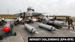 Украинский бомбардировщик Су-24 во время учений «Чистое небо-2018». Хмельницкая область, 12 октября 2018 года