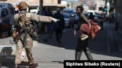 Bezbedonosne snage i besnkućnik na ulici Johanesburga prvog dana zabrane kretanja