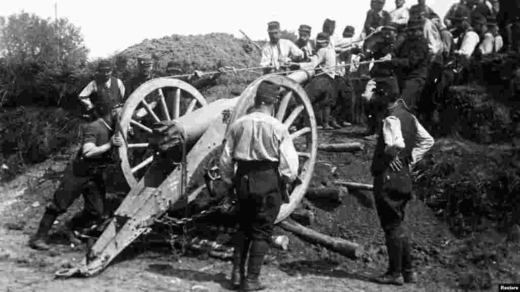 Французские солдаты перемещают 95-мм пушку в неизвестном месте во Франции