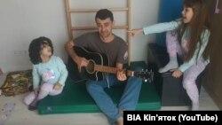 Актор і сценарист Тарас Стадницький із дочками співає карантинну пісню