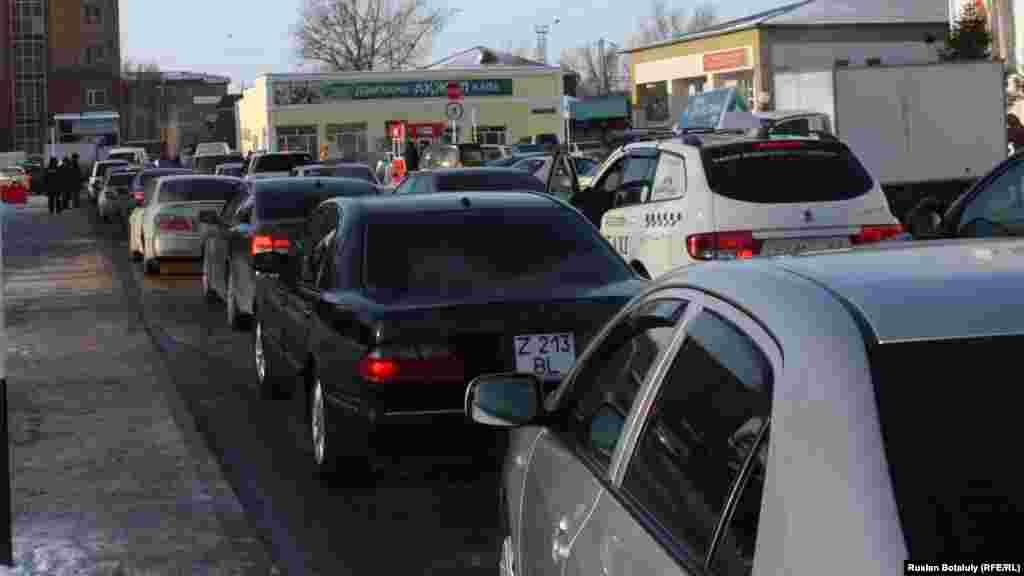 Затор в районе вокзала образовался из-за нежелания некоторых водителей платить за парковку.