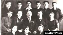 1948-ci il. Jurnalistika şöbəsinin III kurs tələbələri Mikayıl Rəfili ilə birgə.