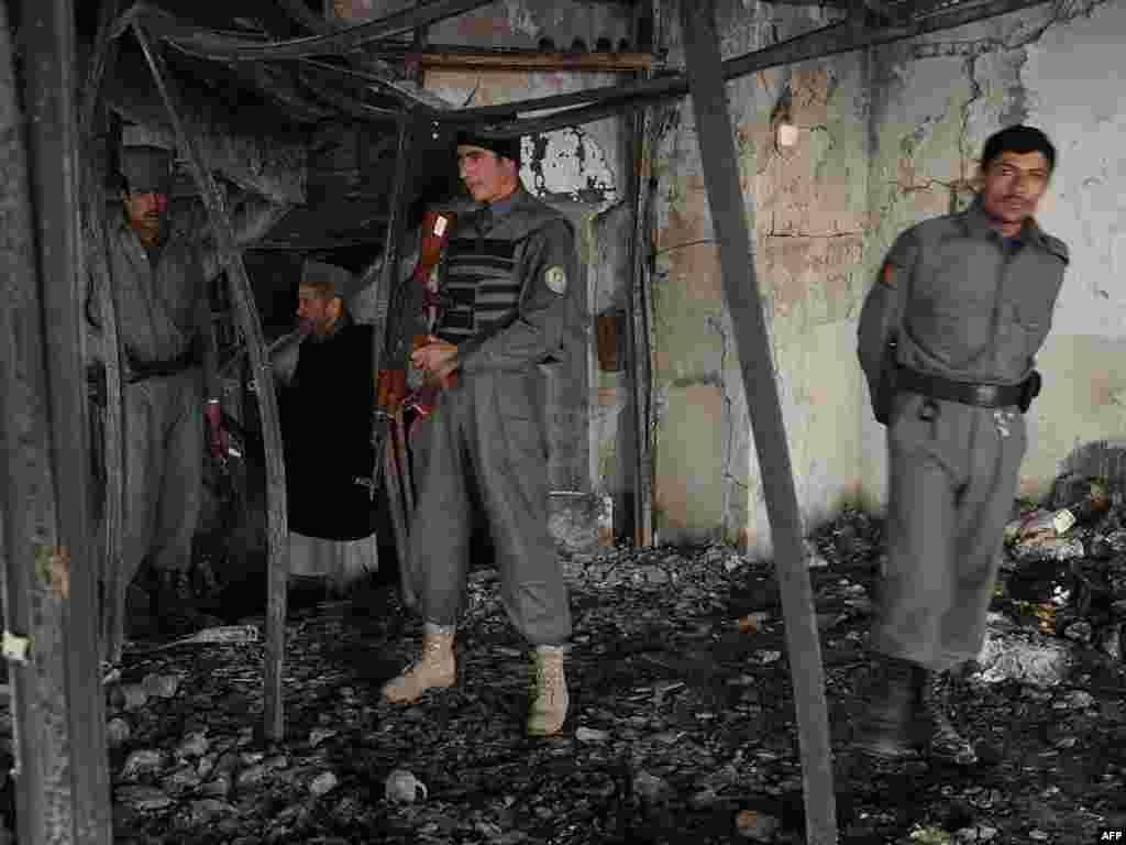Аўганскія паліцыянты ў разбураным камэрцыйным будынку ў Кабуле. Ваяўнікі Талібану наладзілі 18 студзеня шэраг нападаў на будынкі ў аўганскай сталіцы.