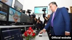 Тәжікстан президенті Эмомали Рахмонның жаңа телеарнаны ашқан сәті. (Көрнекі сурет)