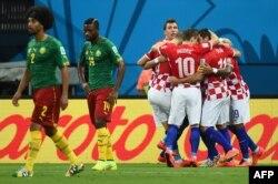 Хорватия мен Камерун құрамасының футболшылары. Бразилия, 19 маусым 2014 жыл.