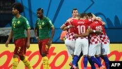 Футболисты сборной Хорватии (справа) после первого гола в ворота сборной Камеруна.