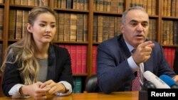 Бывший чемпион мира по шахматам, российский оппозиционный политик Гарри Каспаров (справа) и дочь Мухтара Аблязова, Мадина Аблязова, проводят пресс-конференцию в Париже. 16 октября 2014 года.