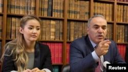 Мадина Аблязова, дочь Мухтара Аблязова, и российский оппозиционный политик, чемпион мира по шахматам Гарри Каспаров дают пресс-конференцию в Париже. 16 октября 2014 года.