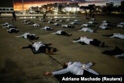 Наразылық кезінде коронавирустан қайтыс болған дәрігерлердің аты-жөнін жазып, жерде жатқан медицина қызметкерлері. Бразилия, 12 мамыр 2020 жыл.