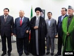 Президент Туркменистана Гурбангулы Бердымухамедов, президент Ирака Джалал Талабани, верховный аятолла Ирана Али Хаменеи, президент Ирана Махмуд Ахмадинежад, президент Таджикистана Эмомали Рахмон, президент Афганистана Хамид Карзай. Тегеран, 27 марта 2010 года.