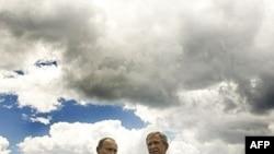 Вопрос, кто остался на трубе, велено считать более неактульным. Иметь дело с Владимиром Путиным (слева) придется и сменщику Джорджа Буша