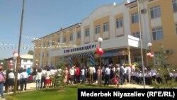 Әлішер Науаи атындағы мектеп-гимназиядағы алғашқы қоңырау. Ош, Қырғызстан, 1 қыркүйек 2018 жыл.