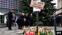 გერმანიის კანცლერი ანგელა მერკელი პატივს მიაგებს დაღუპულთა ხსოვნას