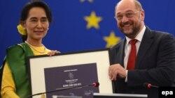 Президент Європарламенту Мартін Шульц вручає премію Аун Сан Су Чжи