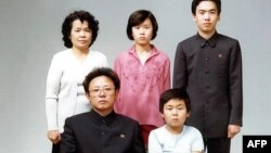 Семья Ким Чен Ира в 1981 году - справа стоит Ким Чен Нам, внизу справа, рядом с отцом Ким Чен Иром, сидит нынешний глава КНДР Ким Чен Ын