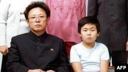 در این تصویر کیم جونگ نام در کودکی در کنار پدرش کیم جونگایل دیده میشود. عکس از اوت ۱۹۸۱