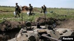 Украинские военные на позициях вблизи Марьинки