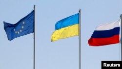 Еуропа Одағы (солдан оңға), Украина және Ресей тулары. (Көрнекі сурет)
