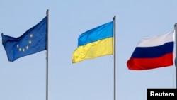 Флаги ЕС, Украины и России. Иллюстративное фото.