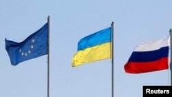 Флаги Евросоюза, Украины и России в Минске. 26 августа 2014 года.