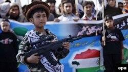 """На митингах в поддержку экстремистов в Пакистане можно увидеть и детей с игрушечным """"оружием"""". Пешавар, февраль 2015 г."""