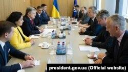 Як повідомляє Адміністрація президента, Порошенко і Столтенберґ обговорили підготовку візиту до України Північноатлантичної ради НАТО, запланованого на липень цього року