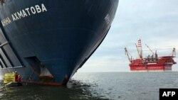 """27 августа активисты """"Гринпис"""" блокировали судно """"Анна Ахматова"""""""
